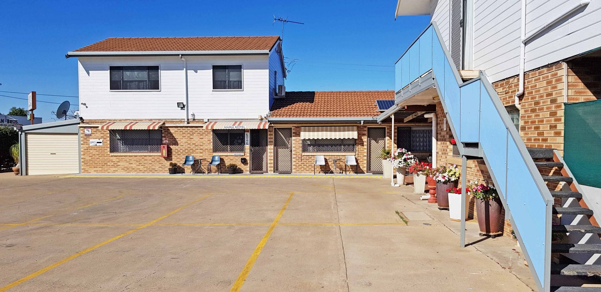 maria motel courtyard and parking space for the guest